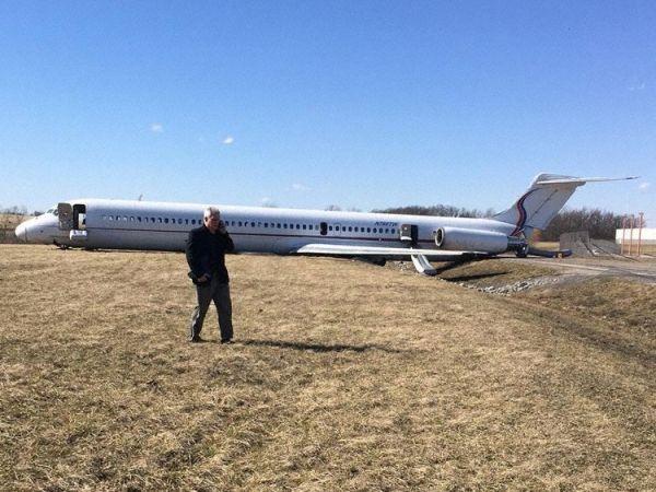 美飞机高速中断起飞 冲出机场围栏冲上公路