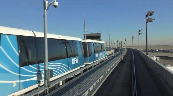 迎面从其他航站楼过来的列车