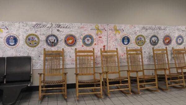 达拉斯-沃斯堡机场感谢墙,供旅客留言