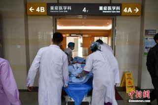 图为医护人员送病人进医院。中新社记者 任东 摄
