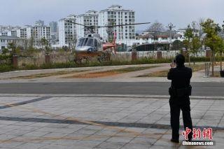 图为救护直升机即将落地。中新社记者 任东 摄