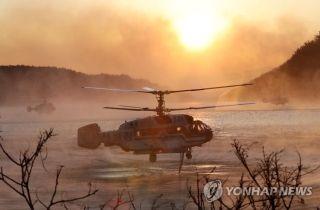 当地消防部门启用直升机进行灭火作业。