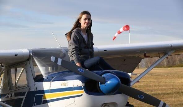 17岁法国女孩获私人飞行执照 成年龄最小飞行员