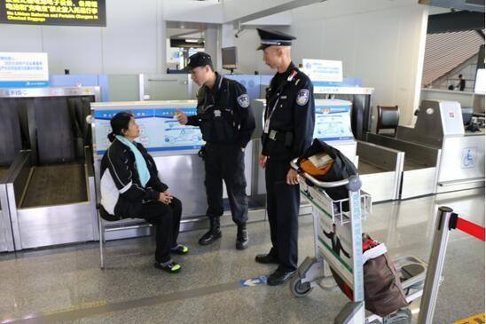 外籍旅客不熟乘机流程 机场民警热心给予协助