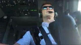 客机强侧风中降落 驾驶舱视频直击飞行员绝技