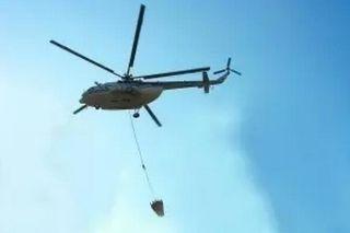 云南一Mi-8T灭火直升机挂碰高压电线 迫降麦田