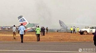 载44人飞机在南苏丹机场坠毁
