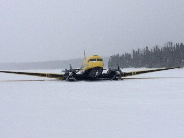 加货机失去高度冰面紧急着陆 起落架坍塌
