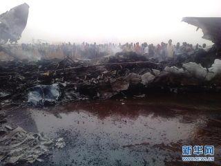 3月20日,人们聚集在南苏丹瓦乌机场的客机失事现场。南苏丹一架载有43名乘客和6名机组成员的小型民航客机20日下午在瓦乌机场着陆时失事,37名机上人员被送往医院,未有人员死亡。(来源:新华社/法新)
