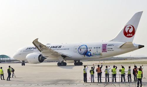 """日航""""哆啦A梦号""""彩绘飞机首次执飞北京航线"""