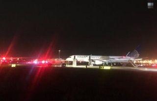 美联航客机滑行时发动机起火 撤离中5人受伤