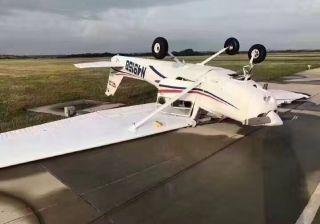 美一机场多架小飞机被强风掀翻 损失惨重