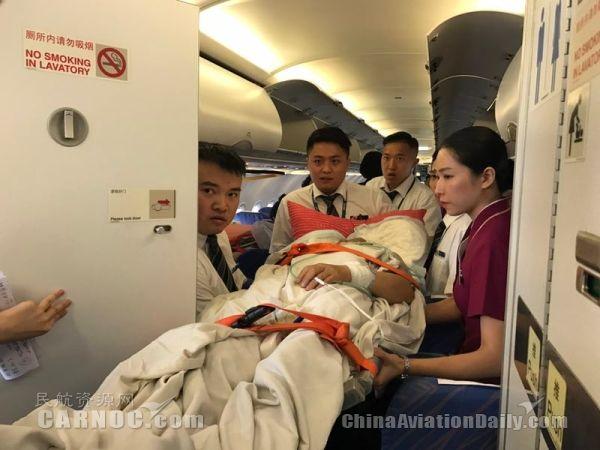 民航资源网2017年5月25日消息:5月24日,拉萨重庆的OQ2366航班迎来了一名特殊的担架旅客一位因突发脑出血而病重的重庆籍旅客,急需从拉萨飞往重庆新桥医院进行救治,否则将危及生命。人命关天,在接到病人家属申请需求后,重庆航空争分夺秒开展一系列工作,搭建起了这条空中绿色生命通道。   根据中国民航有关规定,航空公司承送担架旅客的程序十分复杂。除了协调相关急救、保障、安全等部门之外,还需要对机舱座椅进行改造。为保障担架旅客成行,重庆航空立即启动应急预案,各项工作有条不紊展开向民航局递