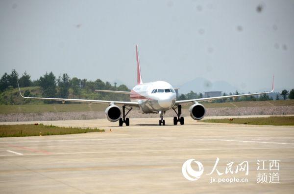 迎来首架航班 江西上饶三清山机场正式通航