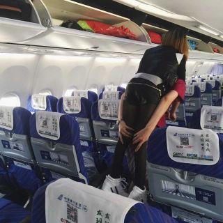 5月25日郑州机场空姐背旅客下飞机 供图:陈逸慧