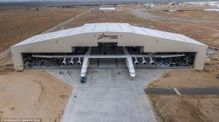 史上最大飞机亮相:6个发动机 翼展超足球场