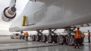 Stratolaunch飞机有28个机轮,升空之后,由6个747飞机发动机提供动力。