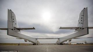 5月31日,Stratolaunch飞机从其位于加州莫哈韦沙漠的机库中推出。
