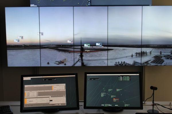 什么是远程塔台?   首先,Remote Tower用中文可以理解为远程塔台。在探讨远程塔台的概念之前,先来谈谈现在的塔台运行状况。平时去机场坐飞机的时候,远远地就能看到机场竖立着一个高高的塔,塔上是传统的塔台管制室。在塔台管制室里有塔台管制员,管制员的主要责任是指挥飞机的起飞和降落,在飞机起飞、降落、从跑道滑行到停机位、从停机位滑行到跑道的整个过程中,保证飞机的安全、防止飞机与障碍物、车辆、人员相撞。传统塔台的管制员观测飞机的位置以及其他人员、车辆位置,是通过肉眼的方式。在低能见度或者复杂天气的