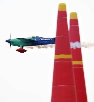 """刺激! 轻型飞机绕桩飞行 堪称""""空中F1"""""""