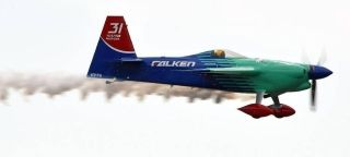 """被称为""""空中F1""""的红牛特技飞行竞速赛日本千叶站比赛4日举行。根据比赛规则,飞行员要在专门设置的障碍物场地中飞行。""""赛道""""则由多个充气气桩组成,飞行员驾驶敏捷、高速的轻型飞机,以超低空绕桩竞速,飞行时速可达370公里/小时。最终""""主场作战""""的日本飞行员室屋义秀战胜另外13名选手,夺得了千叶站的冠军。"""