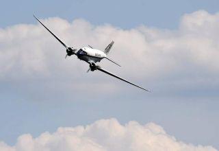 比赛之前,DC-3客机现场献技。