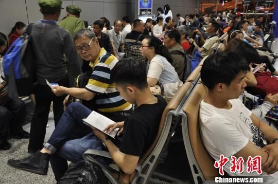 成都机场遭受入夏首场雷雨 8000名旅客滞留