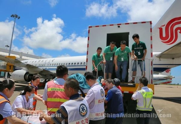 民航资源网2017年6月8日消息:6月7日,珠海机场与各驻场单位通力合作,成功保障担架旅客及时登上国航CA1480珠海-北京航班,为救助争取了宝贵的时间。   6月5日,珠海机场医疗急救站接到国际SOS救援中心电话通知,6月7日珠海至北京的CA1480航班将承运一名担架旅客,需要特殊保障,使用场内救护车及担架护送登机。    图:珠海机场成功保障担架旅客 开启生命绿色通道   收到讯息,珠海机场各相关部门非常重视,医疗急救部、指挥中心、旅客服务部、安检站共同与中国航空公司进行协调沟通,专为患