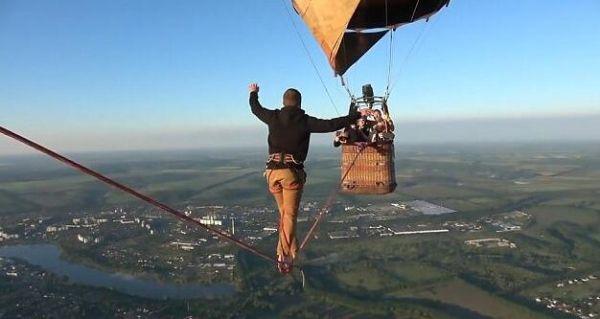 乌克兰男子挑战660米热气球高空绳索 走完全程