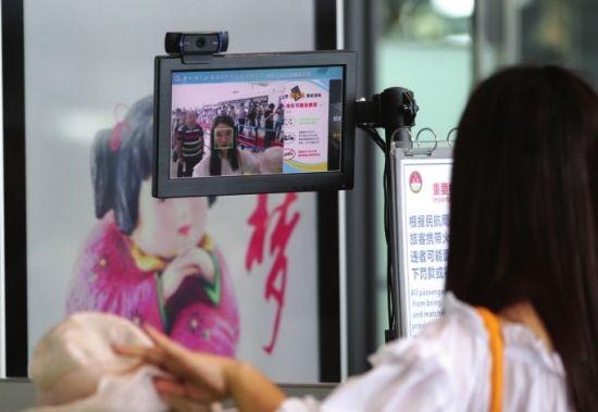 """长沙黄花机场安检""""刷脸"""" 两秒搞定"""