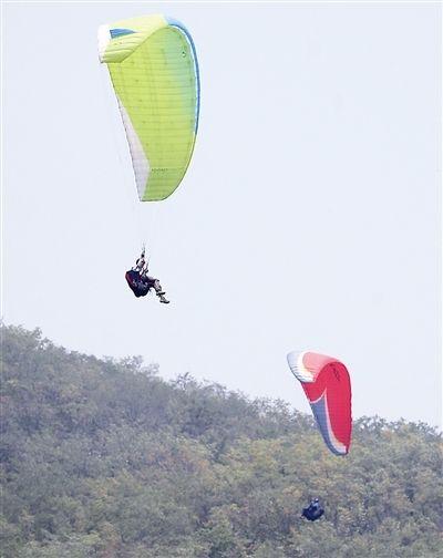 山东省滑翔伞锦标赛在青岛举行 70余人参赛