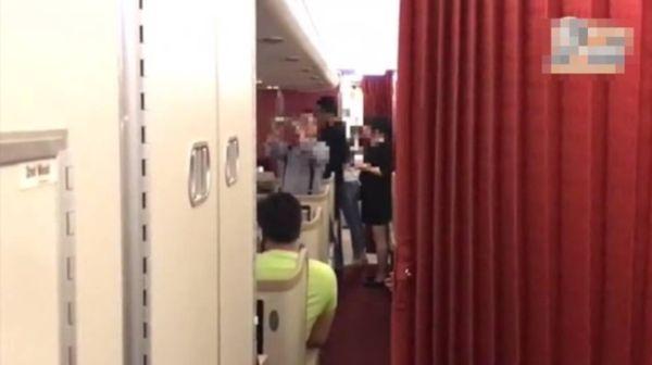 过百乘客被困机舱8小时