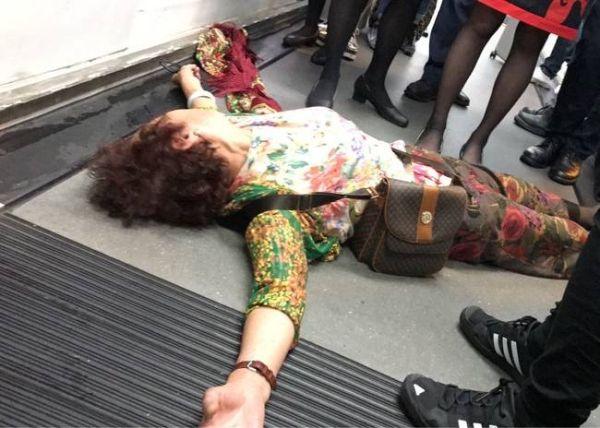 过百乘客被困机舱8小时 大妈躺地抗议