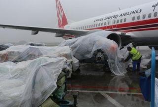 石家庄机场雨中坚守一线 保障航班起降