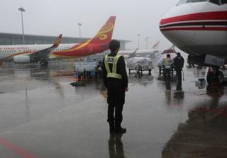 监护员在雨中做好航班的监护工作。周雨摄