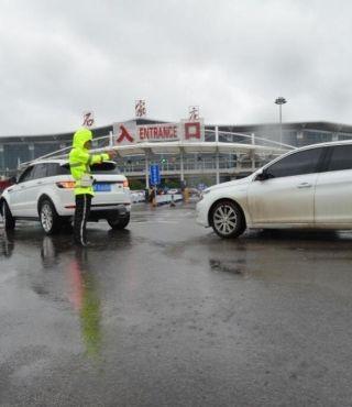 交警正在雨中疏导交通。樊卫平摄