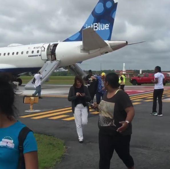 捷蓝航空一航班因驾驶舱烟雾紧急降落 无人员伤亡
