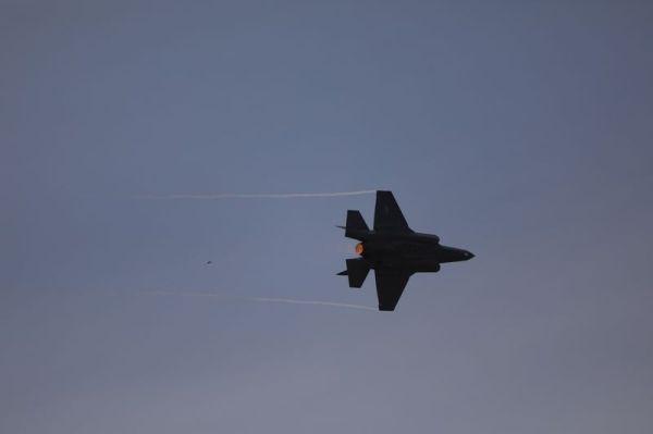 F-35战机进行空中表演