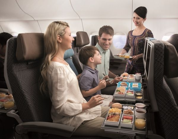 新加坡航空出色的服务让飞行体验非常愉快,乘务员训练有素,对待乘客无微不至,航班起飞前供应热毛巾更让人感到尊敬有加。图片来自新加坡航空官网