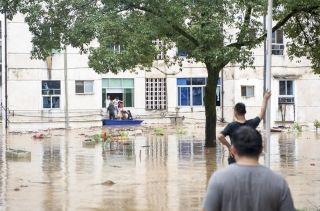 婺源大部分小镇内溪水漫过河堤,给村民的生活与出行造成威胁。