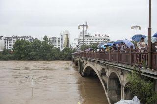 据当地多位村民透露,清华镇通往婺源县城的公路遭遇山体滑坡,被迫中断,交通受到严重影响。