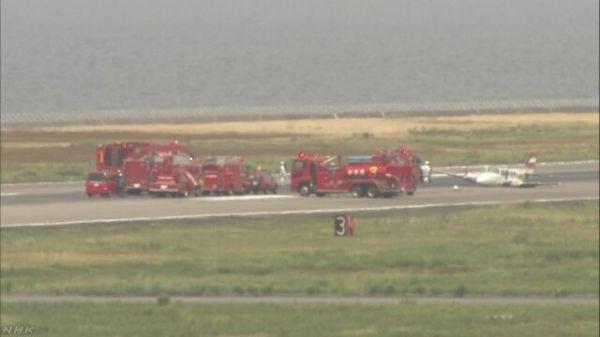 小型飞机无轮降落 日本长崎机场跑道关闭