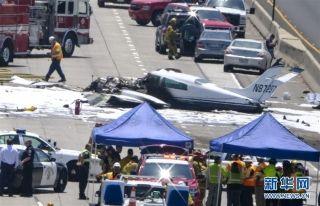 美国小型飞机高速公路上迫降失败 至少3人受伤