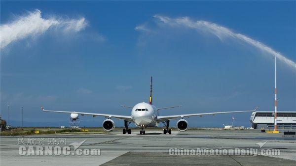 香港航空首航温哥华航线 国际巨星成龙助力