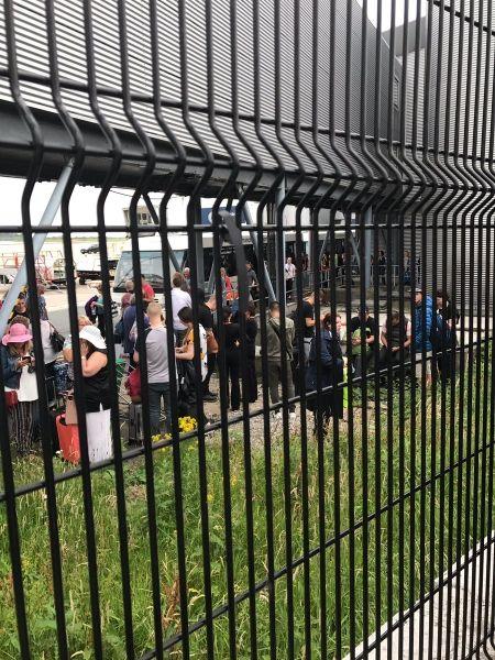 大量旅客被疏散到T3航站楼外