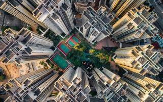 香港九龙,曾经是世界人口密度最高的地方,90年代大拆迁,旧城改造,建筑向空中延伸,摄影师航拍这些密集的建筑物,这种封闭的蜗居,窗户是人们接触外界空气的唯一途径。。 图/中关村在线