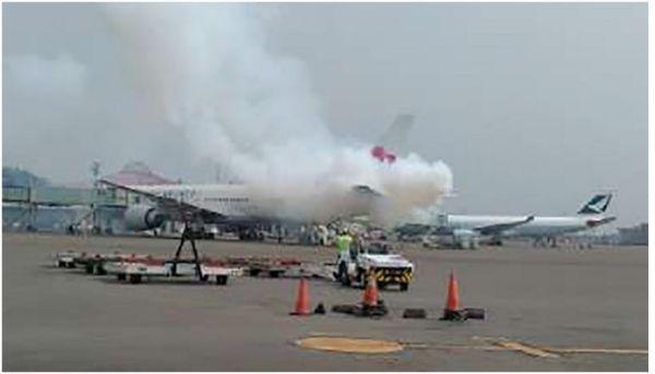 因APU低油压问题 华航飞机机尾被烟雾包围