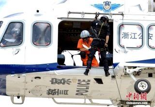 酷!浙江公安空中突击队训练 直升机悬停索降