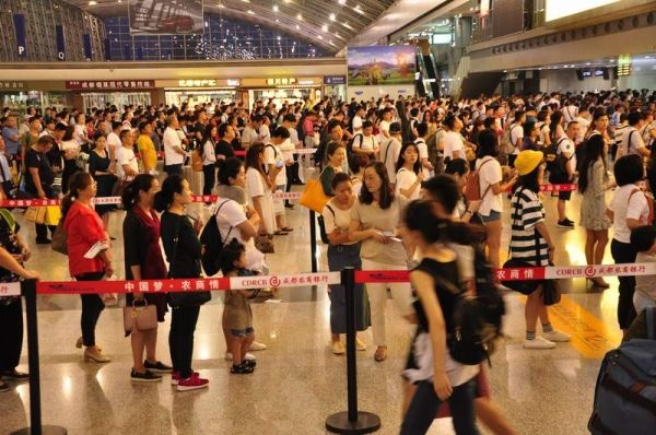 成都机场迎来暑运客流高峰