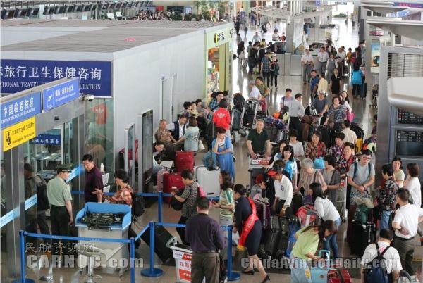 宁波机场迎来暑运高峰 草原游海岛游成热点